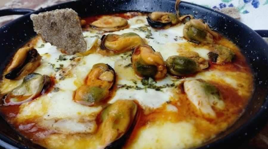 Huevos al plato con chorizo y mejillones