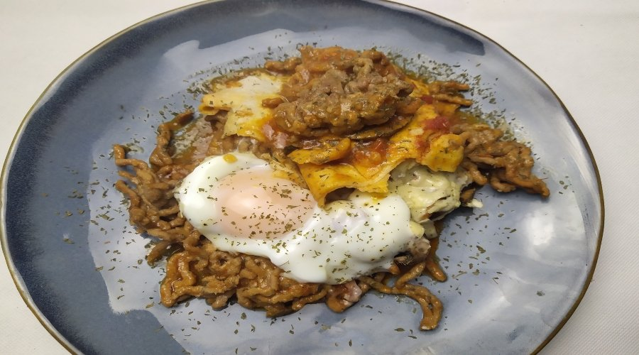 carne con huevos