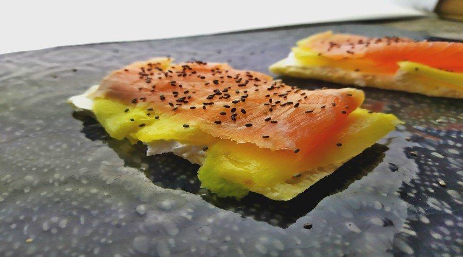 tosta de salmón ahumado y mango
