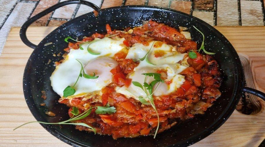 huevos escalfados con tomate